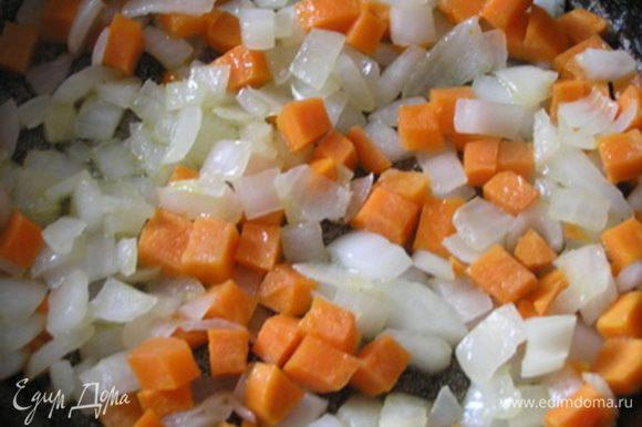 Обжарить лук и морковь на растительном масле,