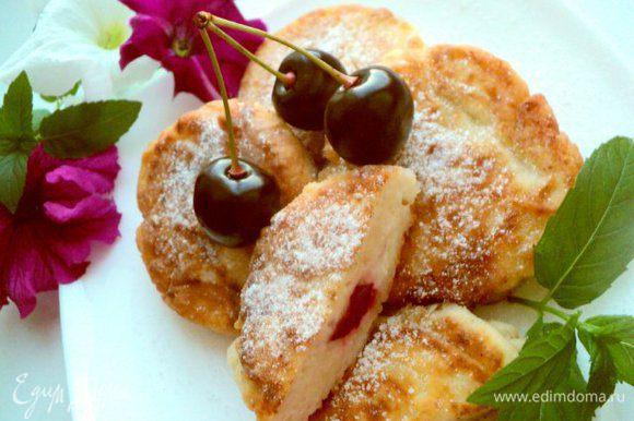 Готовые сырники посыпать сахарной пудрой и можно подавать. Приятного аппетита!