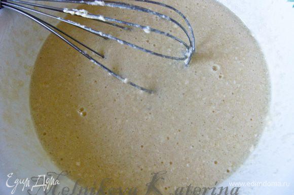 Сливочное масло комнатной температуры взбить с сахаром и яйцами.