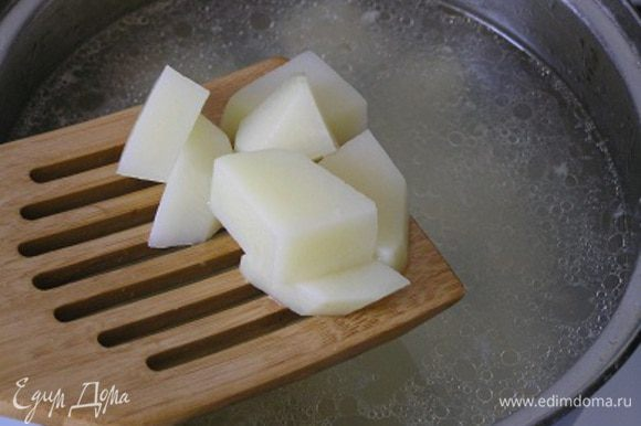 Нарезать картофель, добавить в бульон, варить 10 минут, за это время удалить с лосося кожу (она легко снимается) и разобрать на маленькие кусочки, затем добавить в кастрюлю, следом добавить капусту (не размораживая),