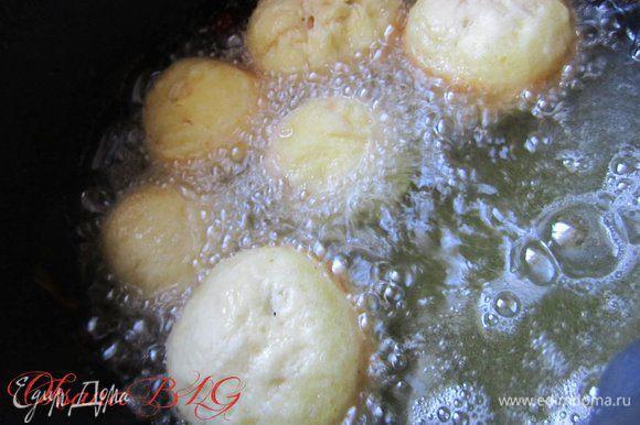 Пончики жарить в разогретом масле до золотистого цвета.