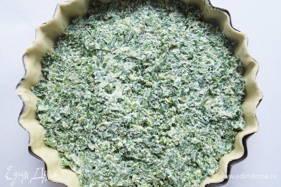 Тесто разморозить, раскатать, выложить в круглую форму, сделать бортики.Выложить на тесто приготовленную начинку.