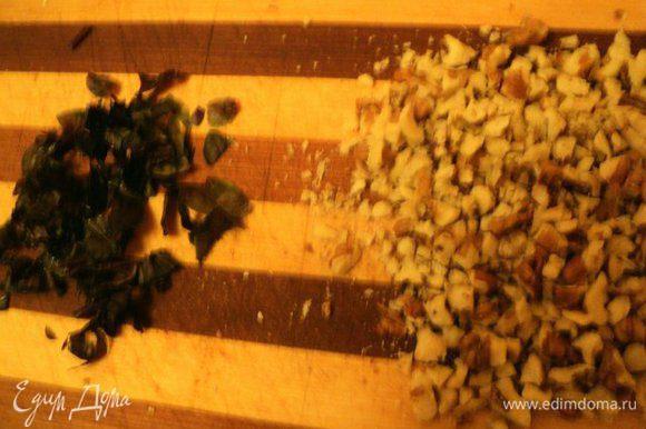Орехи и базилик мелко порезать.