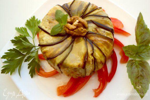 Застывший тиан перевернуть на тарелку с помидорами. Украсить половинкой грецкого ореха и зеленью.