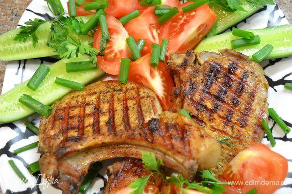 Кусочки свинины пропитать специями и выложить на сковородку гриль,прижать и не трогать пока само мясо не отстанет от решётки,затем перевернуть так чтоб рисунок получился клеточкой.Подать с овощами.