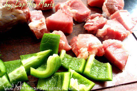 Свинину (или другое мясо) помыть, отрезать все лишнее и нарезать на кубики размером примерно 3х3см. Солим, перчим и приправляем его, сбрызгиваем оливковым маслом и маринуем 15 минут. Болгарский перец, в моем случае зеленый (считаю что при запекании на гриле или мангале он получается ароматней всего) нарезаем ка кубики примерно равные размеру кубиков из мяса.