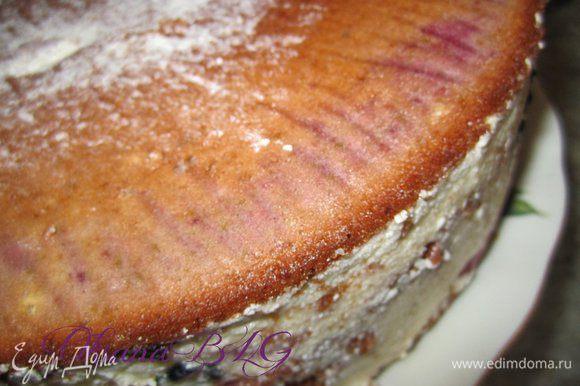 После охлаждения торт перевернуть на блюдо.