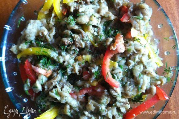 Смешать в миске баклажаны, овощи, зелень и чеснок. Посолить по вкусу, заправить растительным маслом и перемешать. Поставить в холодильник для охлаждения. Подавать холодным.