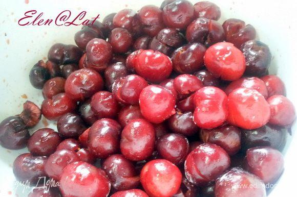 Черешню вымыть, обсушить и очистить от косточек. Но желательно так, чтобы ягодки оставались целенькими. Надо просто сделать небольшой надрез и аккуратно вытащить косточку.