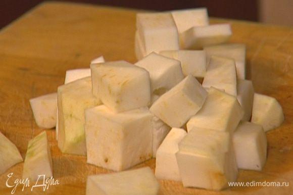 Корень сельдерея и морковь почистить, сельдерей нарезать кубиками, морковь — кубиками или соломкой.