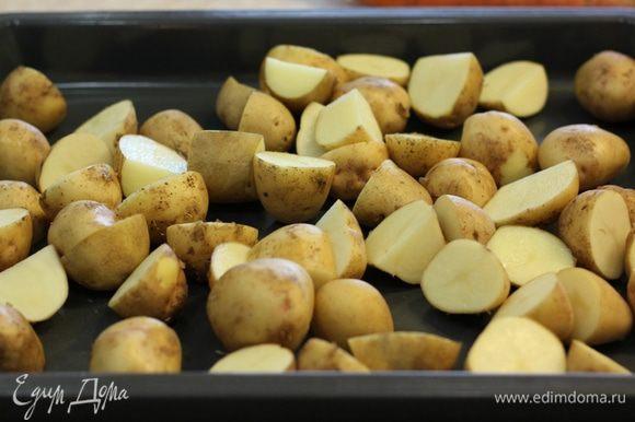Порежьте картофель кусками не больше трех сантиметров.