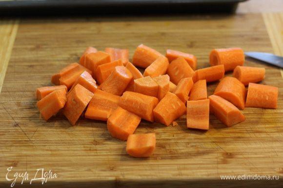 Порежьте морковь не больше полутора-двух сантиметров.