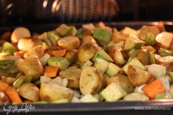 Поставить в духовку на среднюю полку при температуре 200 градусов. Запекать, периодически помешивая, в течение 2 часов.