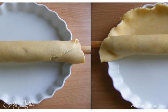 И аккуратно, с помощью скалки, перенести его в форму.