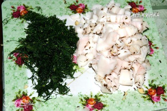 Сало (бекон, грудинку) нарезаем небольшим кубиком. Укроп моем, сушим и измельчаем.