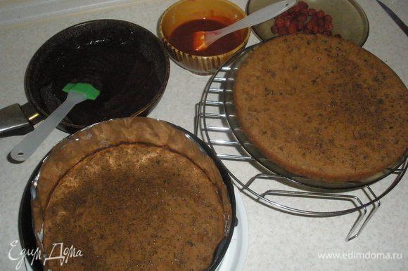 Малину выложить в сковороду(оставить чуть-чуть свежей малины) пересыпать сахаром и залить водой, поставить на огонь и дать покипеть минут 5. Получившейся джем нужно перетереть через сито. Шоколад поломать на кусочки и растопить вместе со сливками