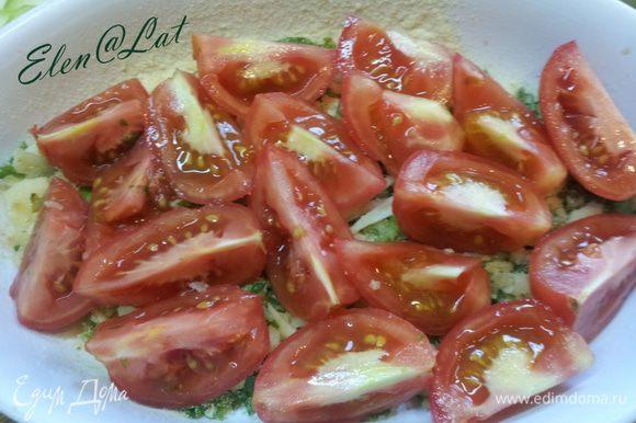 Укладываем... Форму смазываем оливковым маслом и выкладываем в нее половину смеси из панировочных сухарей, зелени, сыра. Сверху выкладываем порезанные помидоры, сбрызнуть оливковым маслом.