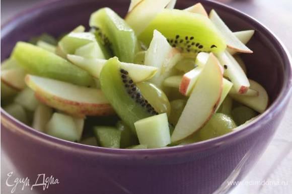 Все нарезанные ингредиенты выложить в салатницу и полить сладкой заправкой.