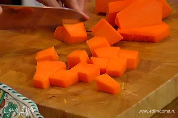 Морковь почистить и порезать, выложить к луку и прогревать еще 2–3 минуты.
