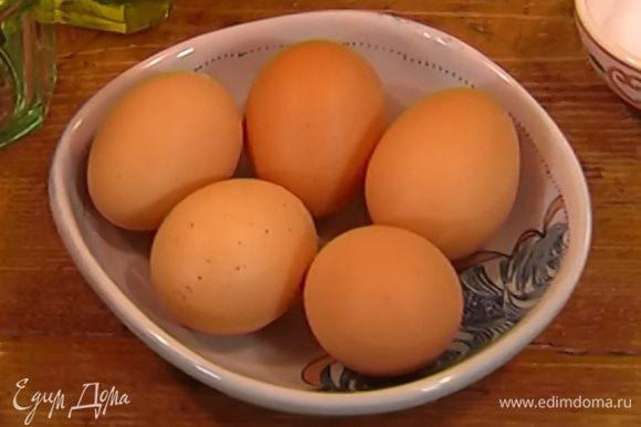 Яйца промыть губкой, лучше всего с содой или уксусом.