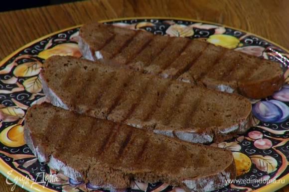 Разогреть в сковороде оставшееся растительное масло и обжарить хлеб так, чтобы снаружи была хрустящая корочка, а внутри он остался мягким. Подавать яйца с обжаренным хлебом.
