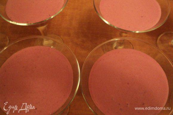 Разлить суфле в креманки или бокалы, поставить в холодильник на 2-3 часа для застывания.