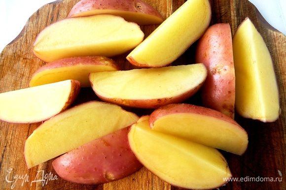 Взять клубни молодого картофеля примерно одного размера, не очень крупные... Хорошо помыть при помощи щетки. Не чистить. Разрезать на 4 части вдоль...