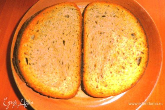 Подсушиваем ломтики хлеба(мы любим кислосладкий с тминон,но можно и белый)в тостере немного или на сковороде без масла...