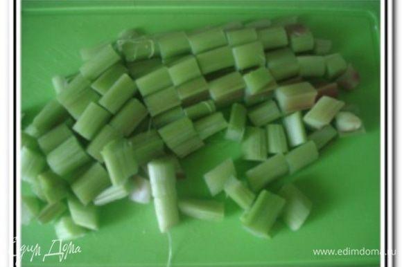 Ревень очистить от кожуры и нарезать кубиками.