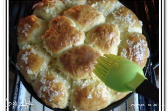 За 5 минут до готовности, вынуть булочки, смазать чесночным соусом и отправить снова в духовку выпекаться до готовности (5-7 минут, чтобы чесночный соус пропитал булочки).