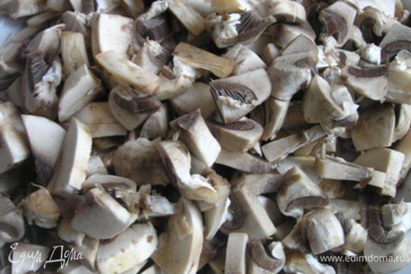 Затем добавить нарезанные грибы, обжарить, тушить 10-15 минут,