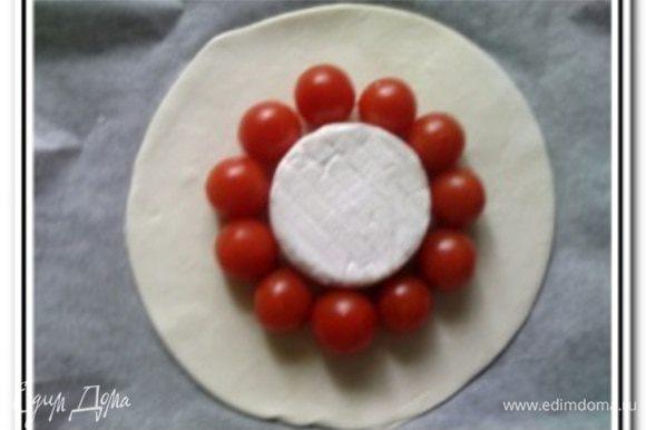 Вокруг сыра выложить помытые и обсушенные помидоры черри.
