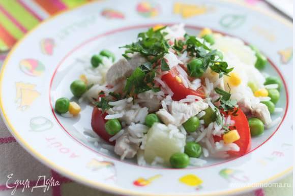 Зелень порубить, присыпать салат и подавать.