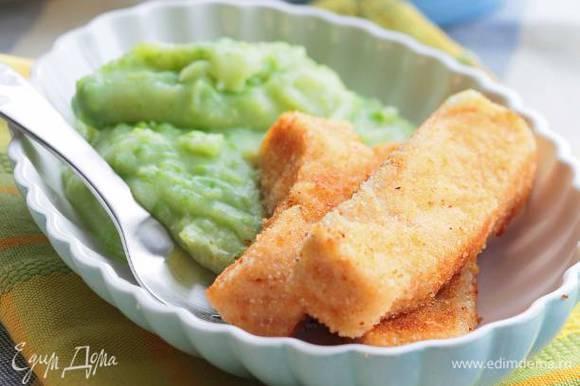 Разогреть в сковороде растительное масло и обжаривать рыбные пальчики минут по 5 с каждой стороны. Подавать пальчики с пюре.