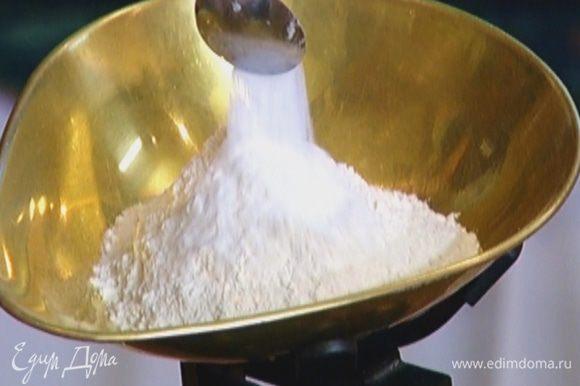 Муку смешать с разрыхлителем и солью, сделать холмик, а в нем ямку, влить в нее яичную массу и перемешать.