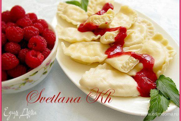 Готовые вареники уложить на блюдо и полить соусом. Украсить свежими ягодами.
