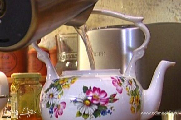 Чайник ошпарить кипятком, отправить в него мед и корицу и залить кипятком на 1/3 объема. Закрыть крышкой и оставить на несколько минут.