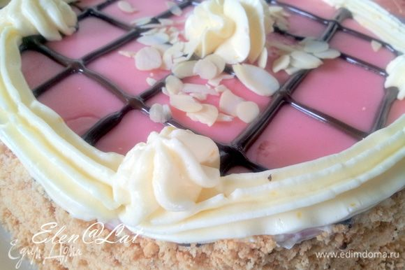 Украсьте кремом, который вы отложили, края и центр торта, посыпьте поджаренными орехами. Все тортик готов. Он очень вкусный и нежный.