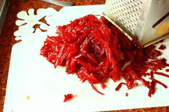 Остуженную свеклу очищаем и натираем на большой терке. Затем добавляем ее в кастрюлю. Так же добавляем туда чеснок, лимонный сок, соль и перец. Варим 5-10 минут
