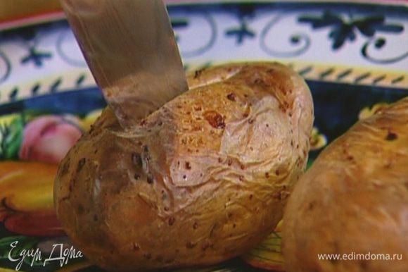 Картофель надрезать сбоку вдоль острым ножом, не прорезая до конца, так чтобы получилась как бы приоткрытая раковина, вынуть мякоть и взбить ее с молоком в воздушное пюре.