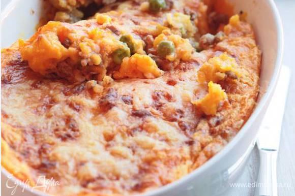 Выложить в одну большую жаропрочную форму или в несколько маленьких мясной фарш, а сверху — картофельное пюре, присыпать сыром и поставить в разогретую духовку на 15–20 минут, чтобы зазолотился верх.
