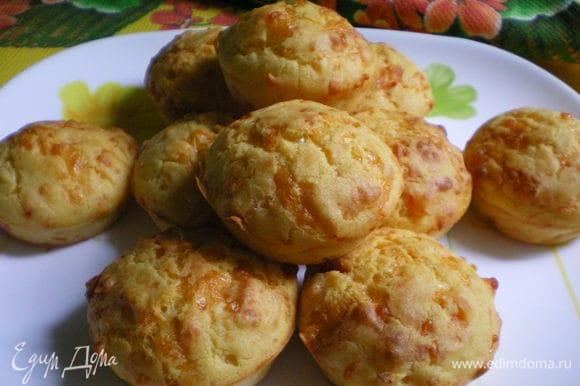 Затем вынуть булочки из формы и переложить на блюдо для охлаждения. Булочки вкусные и теплые и холодные. Приятного аппетита!