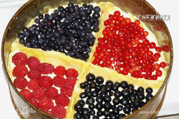 В каждый сектор укладываем ягоды. Красивее, когда цвета чередуются. И ставим выпекаться пирог в духовку, разогретую до 190°C. У меня пирог готовился 40 минут. Здесь все зависит от духовки и формы для выпечки, ориентируйтесь на золотистые края теста.