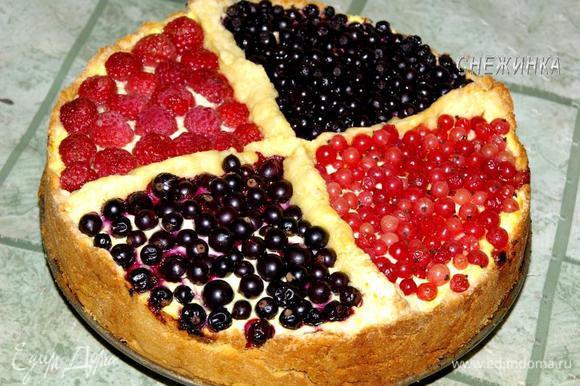 Даем немного остыть пирогу, снимаем боковую часть формы. Только когда пирог хорошо остынет, его следует переносить на блюдо, так как он очень нежный.
