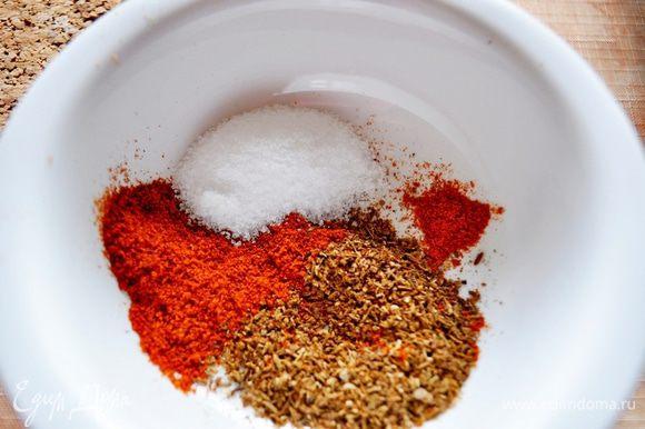 Затем пересыпать в ступку, растолочь, добавить соль, паприку и острый перец, специи и хорошо перемешать.