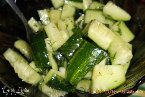 подавать с чесночным огуречным салатом, огурцы (2шт.) нарезать ломтиками, добавить мелко порезаный чеснок и укроп, посолить, заправить маслом и приятного аппетита