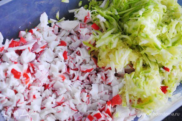 Натереть на крупной терке кабачок и мелко нарезать крабовое мясо