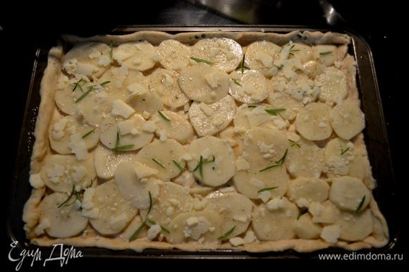 Затем выложим картофель на тесто,прикрывая им все поверхность одним слоем,розмарин иголочками раскидаем поверх картофеля,а затем также сыр пармезан.
