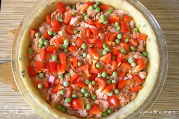 Затем выложить на тесто филе лосося, горошек и нарезанный перец, посолить, поперчить.