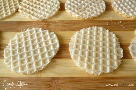 Раскладываем вафельные коржи. Берем ровно столько штук, сколько поместится в сковородку.